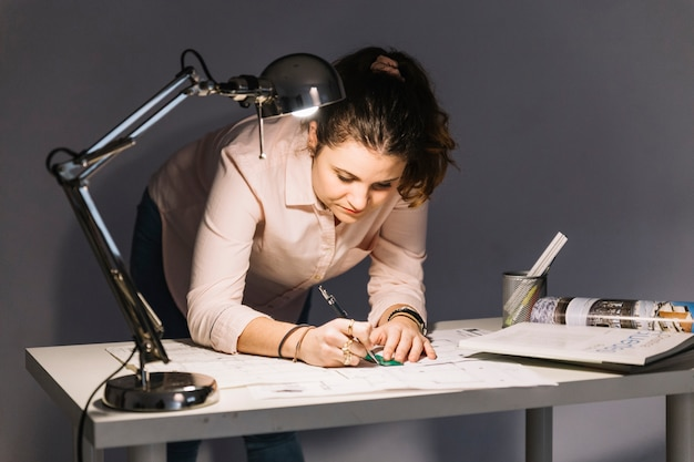 Mujer haciendo borradores