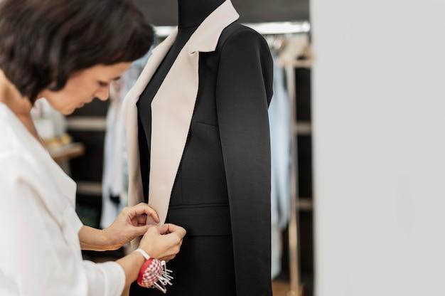 Mujer haciendo chaqueta