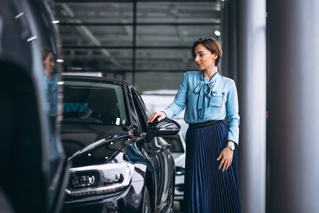 Mujer haciendo una decisión para comprar un coche.
