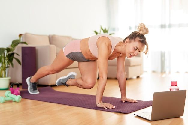 Mujer haciendo deporte en casa