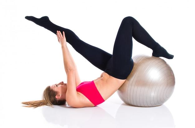 Mujer haciendo deporte con fitball