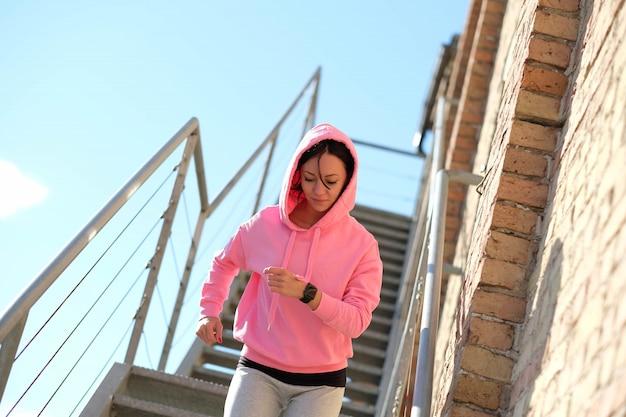Mujer haciendo deportes al aire libre