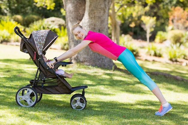 Mujer haciendo ejercicio con cochecito de bebé