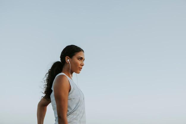 Mujer haciendo ejercicio mientras escucha música