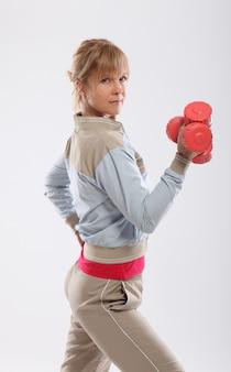 Mujer haciendo ejercicio con pesas vista desde la parte posterior