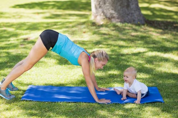Mujer haciendo ejercicio con su bebé