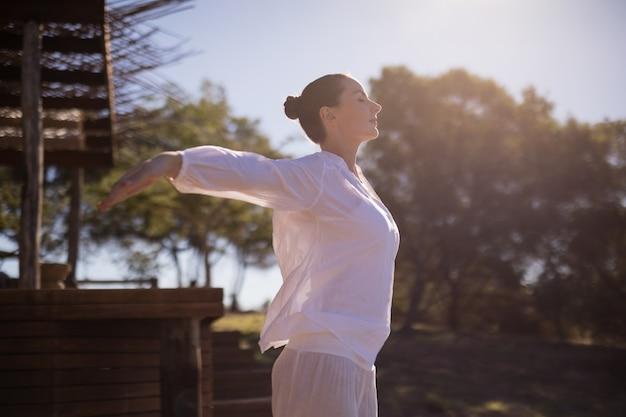 Mujer haciendo ejercicio durante las vacaciones de safari