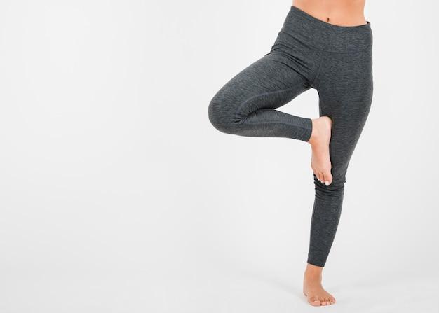 Mujer haciendo ejercicio de yoga