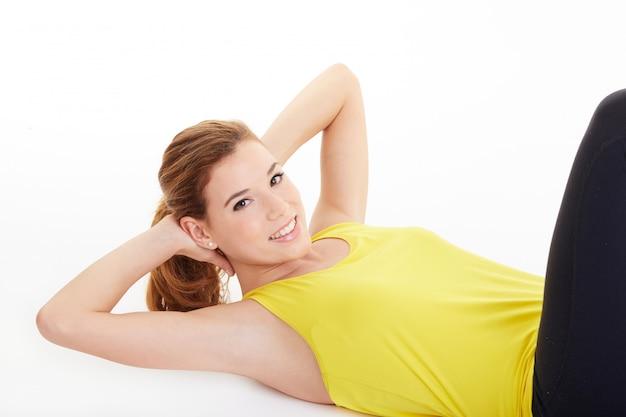 Mujer haciendo ejercicios abdominales