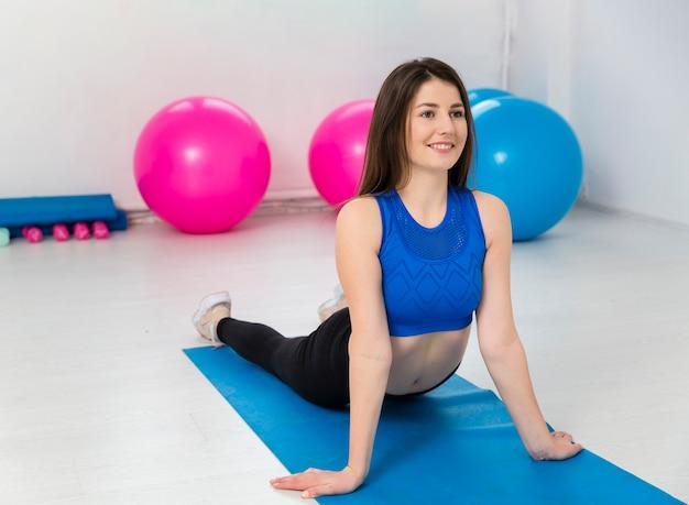 Mujer haciendo ejercicios en estera