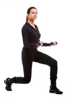 Mujer haciendo ejercicios de fitness con pesas