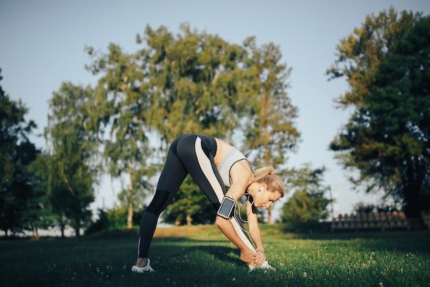 Mujer haciendo ejercicios de yoga en el parque