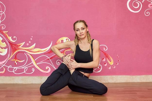 Mujer haciendo ejercicios de yoga