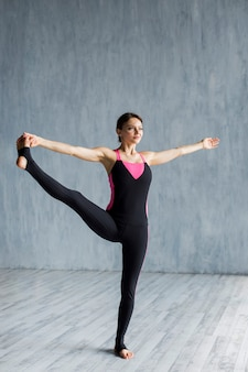 Mujer haciendo una extensión lateral de la pierna