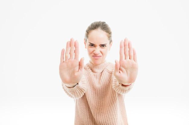 Mujer haciendo gesto de no te acercas