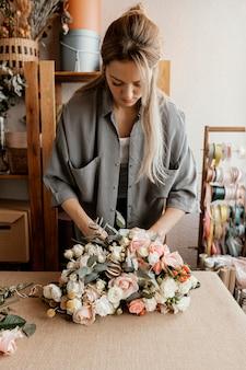 Mujer haciendo un hermoso arreglo floral