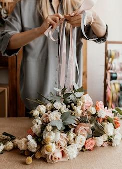 Mujer haciendo un hermoso ramo de flores