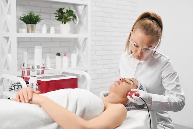 Mujer haciendo limpieza facial en salón profesional