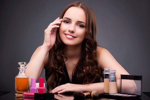 Mujer haciendo maquillaje