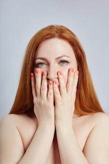Mujer haciendo masaje facial, gimnasia, líneas de masaje y boca plástica, ojos y nariz
