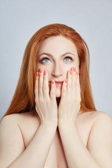 Mujer haciendo masaje facial, gimnasia, líneas de masaje y boca plástica, ojos y nariz.
