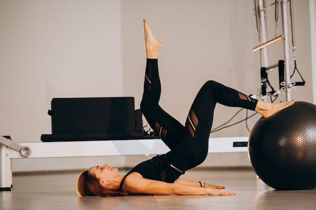 Mujer haciendo pilates con una pelota