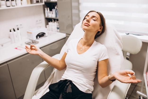 Mujer haciendo procedimientos de belleza en un salón de belleza