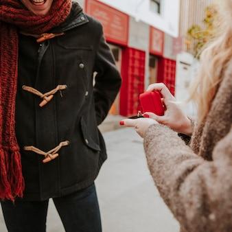 Mujer haciendo propuesta al hombre