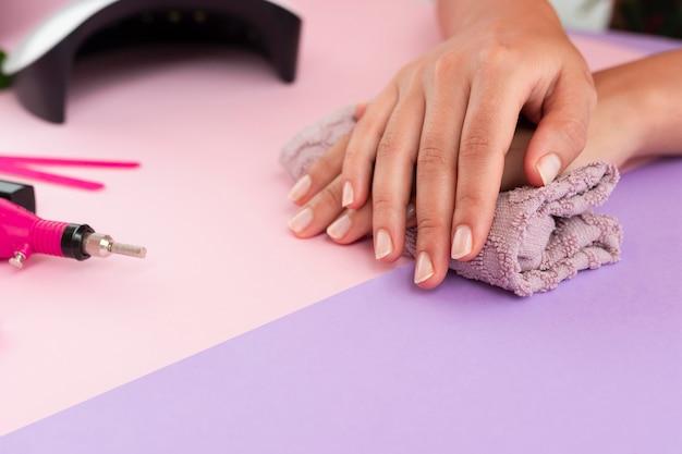 Mujer haciendo su manicura con espacio de copia