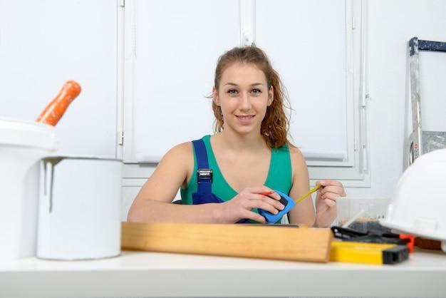 Mujer haciendo trabajo de bricolaje en casa