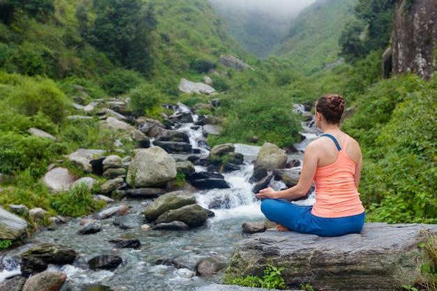 Mujer haciendo yoga al aire libre