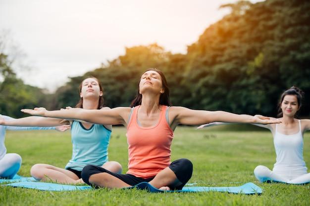 Mujer haciendo yoga en el parque
