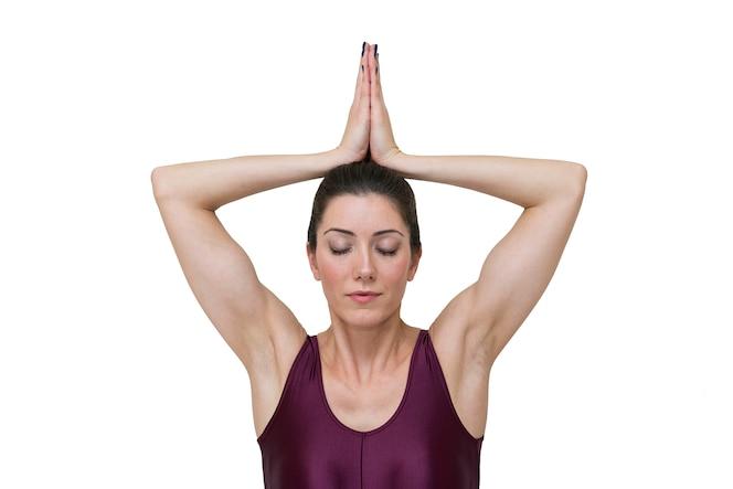 Mujer haciendo yoga pose sukhasana