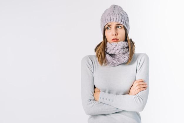 Mujer helada en bufanda y sombrero.
