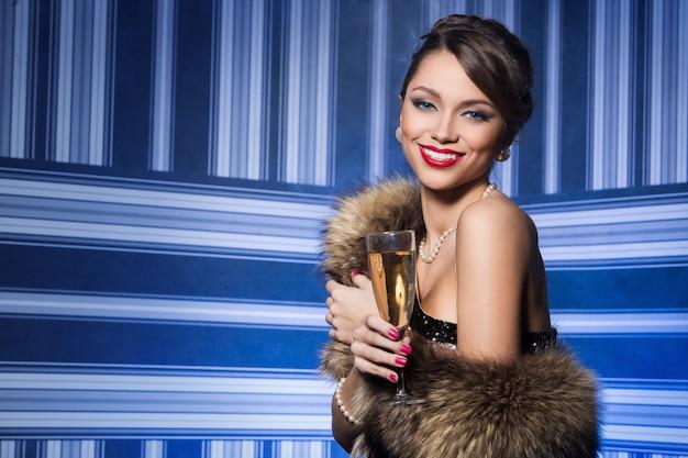 Mujer hermosa y atractiva durante la celebración