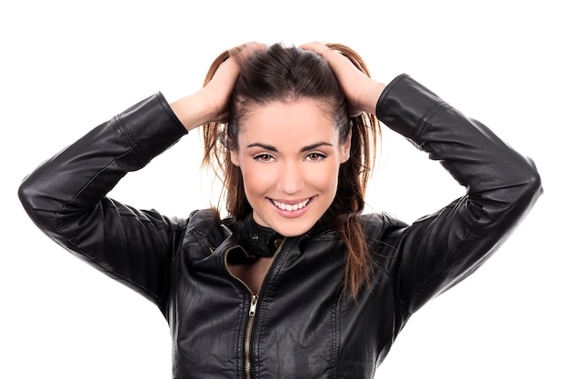 Mujer hermosa de cabello castaño con la mano en el cabello