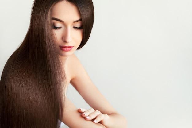 Mujer hermosa con cabello largo sano