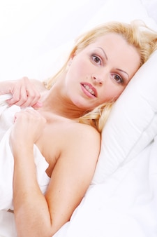 Mujer hermosa en cama