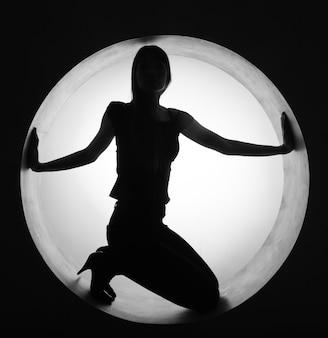 Mujer hermosa, en círculo