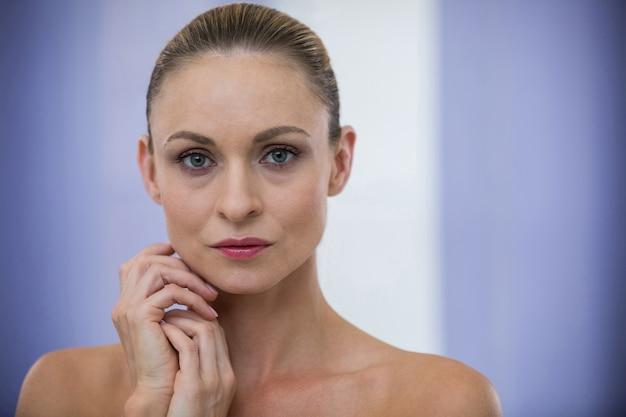 Mujer hermosa, en, clínica