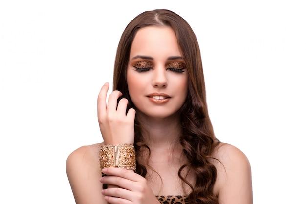 Mujer hermosa en concepto de la moda aislada en blanco