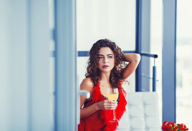 Mujer hermosa con copa de vino