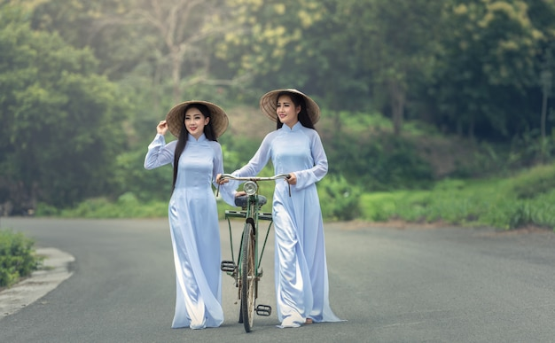Mujer hermosa cultura tradicional de vietnam, estilo vintage, hoi y vietnam