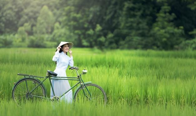 Mujer hermosa cultura tradicional de vietnam, hoi y vietnam