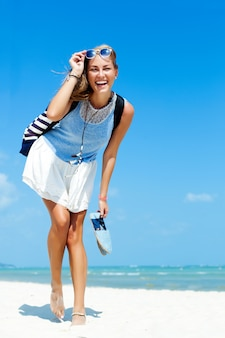 Mujer hermosa divirtiéndose en la playa