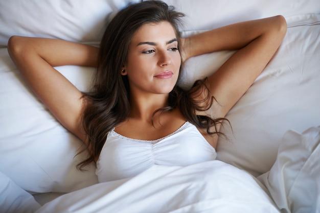 Mujer hermosa, en, dormitorio