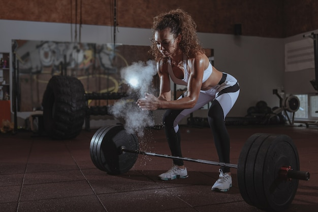 Mujer hermosa fit crossfit ejercicio