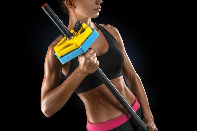 Mujer hermosa fitness preparándose para levantar algunos pesos pesados