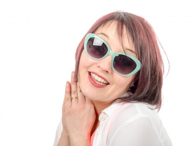 Mujer hermosa con las gafas de sol aisladas en blanco