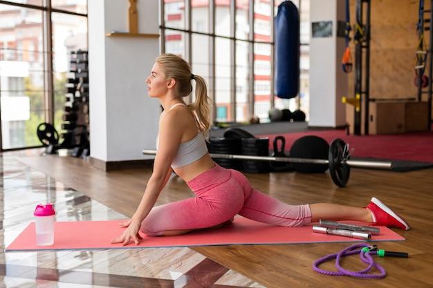 Mujer hermosa en el gimnasio en clase de fitness